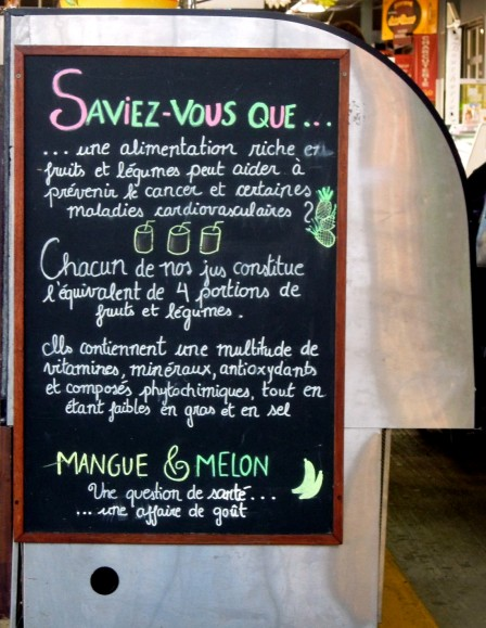 Chalkboard sign in French, about fruits and vegetables for health