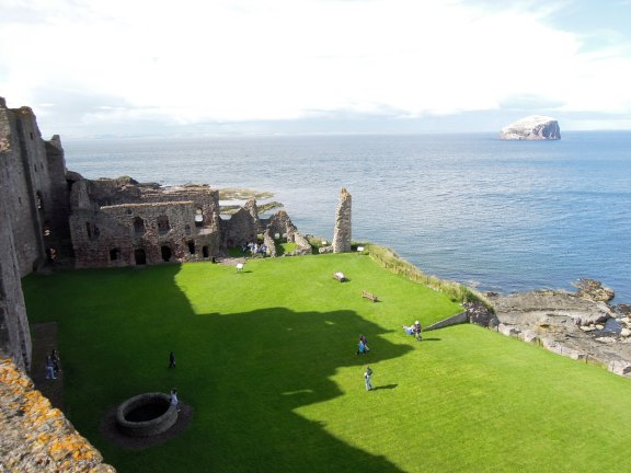 Lovely grassy area behind the main wall of the fortress, backing onto the ocean
