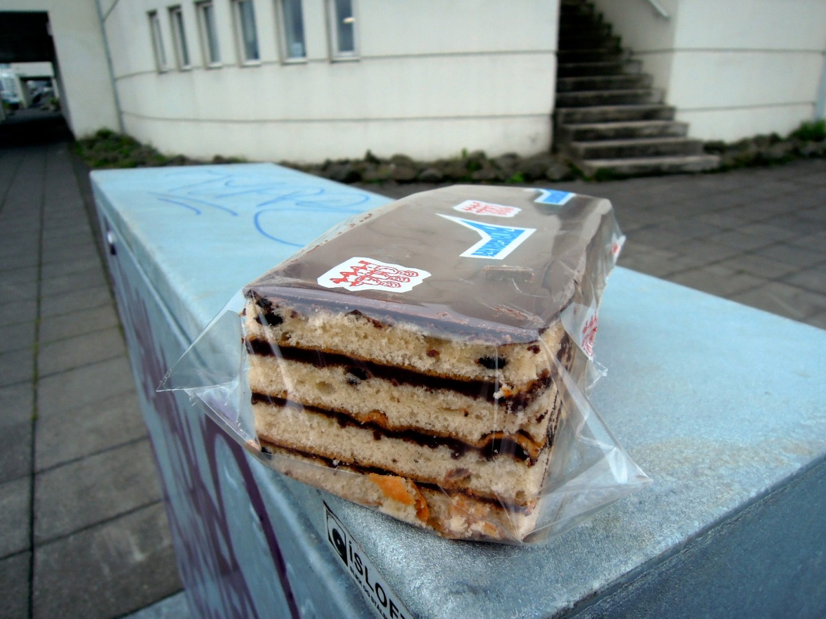 Wrapped rectangular rum layered cake from Björnsbakarí