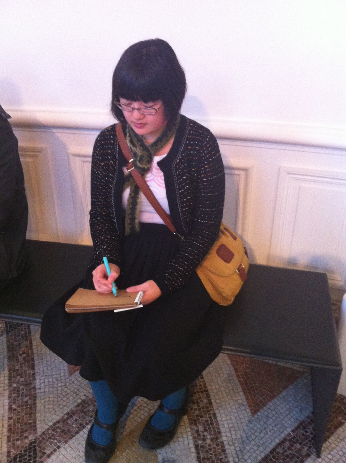 Lisa sketching, photo by Edith of La Vie Parisienne Meetup group