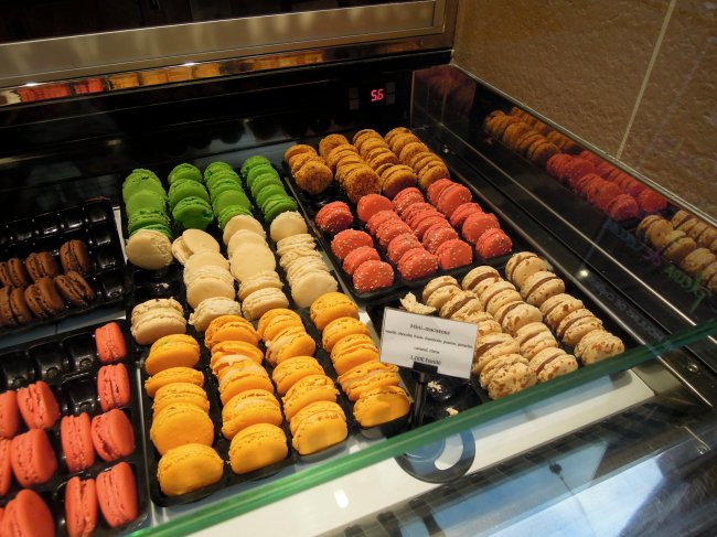 Macaron display at Boulangerie L'Essentiel Anthony Bosson
