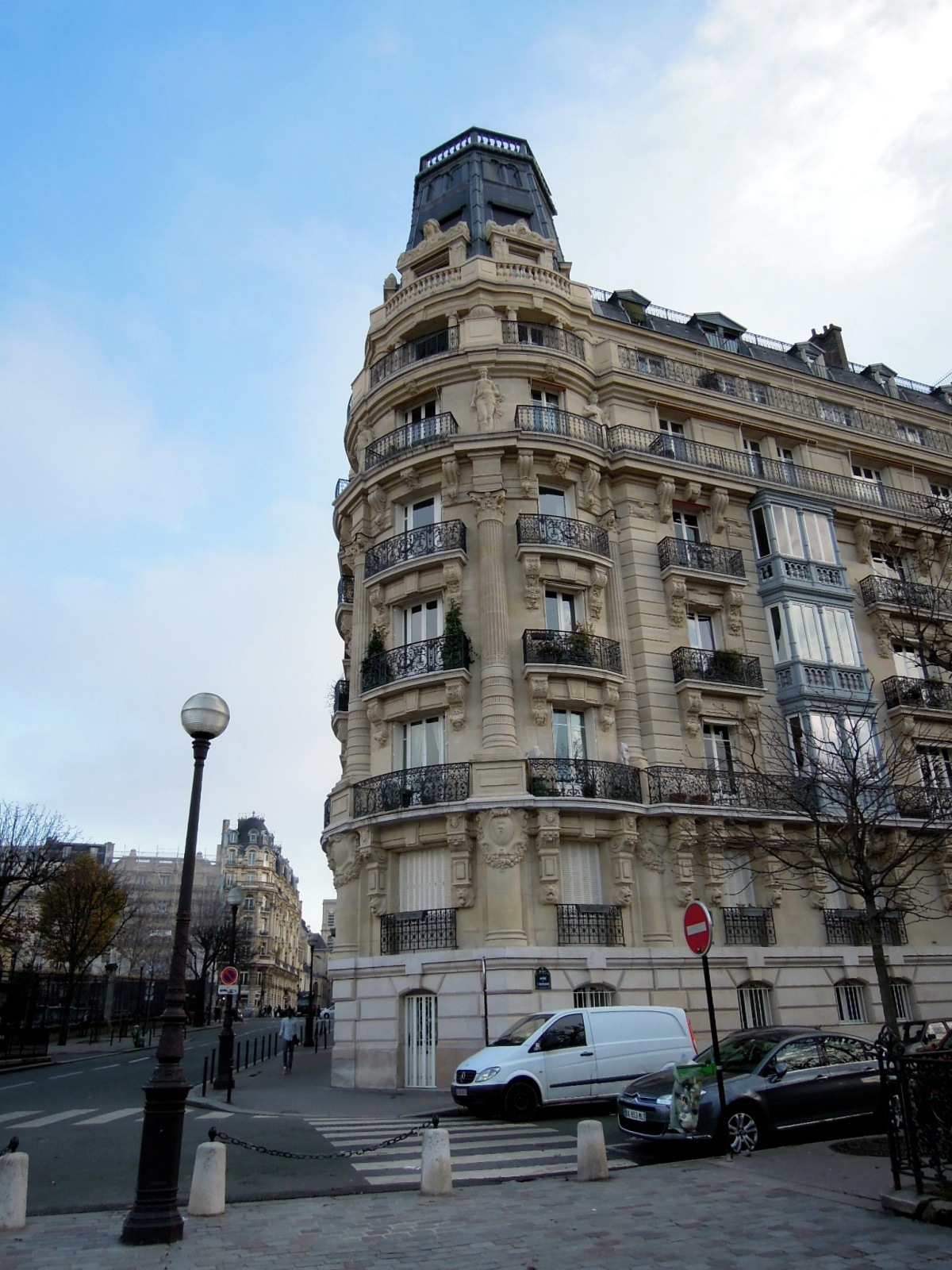 Building next to Jardin du Luxembourg