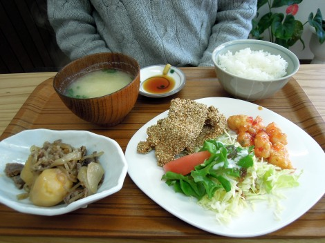 Lunch set B: miso soup, incredible rice, beef/onion/potato, sesame chicken, sweet/spicy shrimp, salad