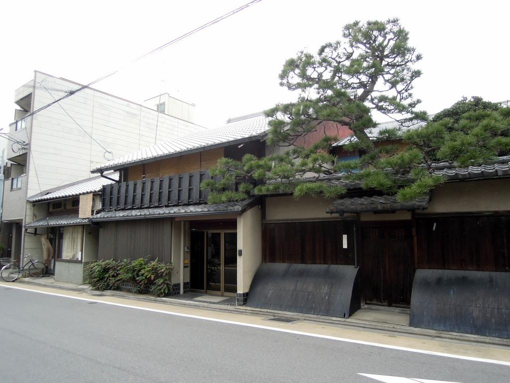 Lovely traditional building and tree on Ōmiyadōri
