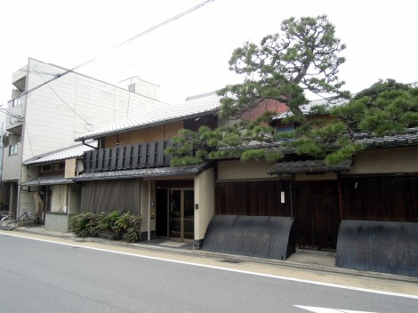Lovely traditional building and tree on Ōmiyadōri