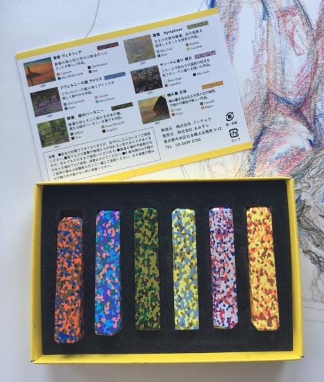 Set of six multicolored stick crayons in their box, with description in Japanese