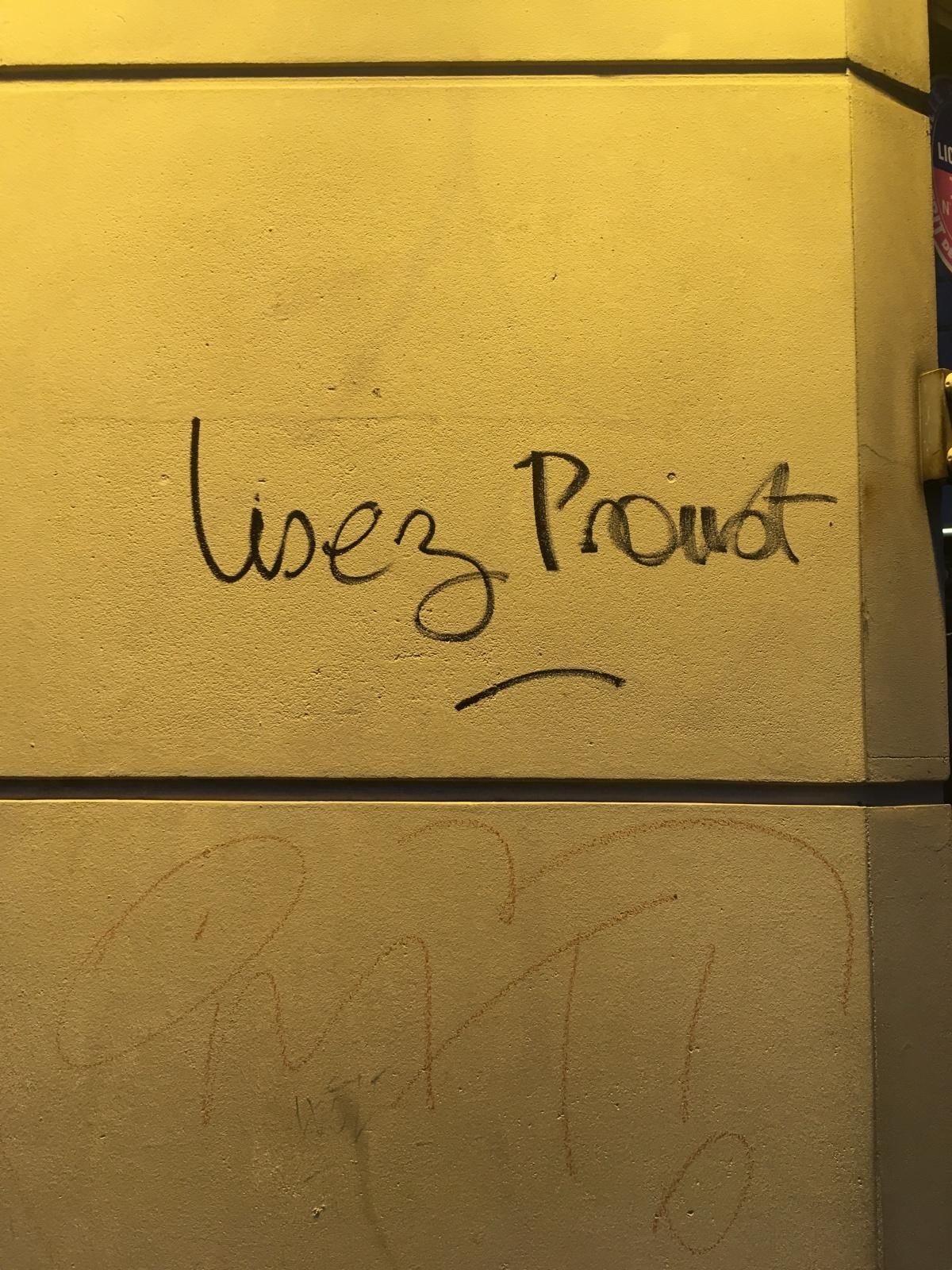 "graffiti scrawl, ""Lisez Proust"""